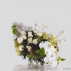 White bouquet from Flowers Vasette Vase Arrangements, Wedding Flower Arrangements, Wedding Flowers, Amelia, Farming, Tablescapes, Bouquets, Florals, Floral Wreath