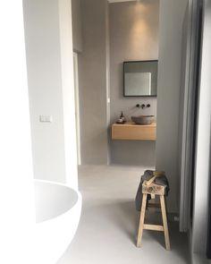 •OTHER SIDE OF THE BATHROOM• Een klein doorkijkje vanaf de douche-inloopnaar ons wasgedeelte-wat onlangs is afgemaakt. De badkamer…