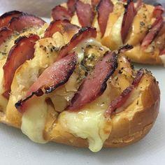 F fatiar o pão francês, colocar frios nas cavidades, passar manteiga e polvilhar com orégano. Levar ao forno até o queijo derreter.