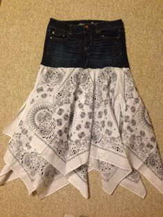 Diy bandana skirt from jeans - - Diy bandana skirt from jeans Projects Diy Bandana Rock aus Jeans Bandana Rock, Bandana Skirt, Bandana Crafts, Denim Crafts, Bandana Ideas, Upcycled Crafts, Recycle Jeans, Diy Jeans, Repurpose