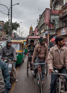 Ruch uliczny w Delhi.  Dla wszystkich, którzy chcą dowiedzieć się więcej o komunikacji miejskiej:  http://loty-do-delhi.pl/komunikacja-w-delhi/
