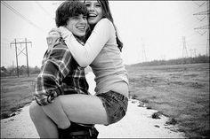 """NAMORAR é algo que vai muito além de cobranças. É cuidar do outro, é telefonar... só para dizer bom dia, ter uma boa companhia para ir ao cinema de mãos dadas, transar por amor, ter alguém para fazer e receber cafuné, um colo para chorar, uma mão pra enxugar lágrimas, enfim, é ter alguém para AMAR. Somos livres para optarmos, ser feliz não é beijar na boca e não ser de ninguém. É ter coragem, ser autêntico e se permitir viver um sentimento."""""""