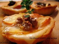 BRISA baskets with apples, taleggio cheese and walnuts Antipasto, Tapas, My Recipes, Sweet Recipes, Favorite Recipes, Finger Food Appetizers, Appetizer Recipes, Strudel, Pastry Basket