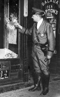 Chicago Police Officer Pat Barret examines 13 bullet holes in a glass window at the scene of an attempted murder, c. 1928 Want a copy of this photo? > Visit our Rights and Reproductions. Mafia, Chicago Police Officer, Chicago Outfit, Police Crime, Chicago History Museum, Police Uniforms, Vintage Photos, 1920s Photos, Old Pictures