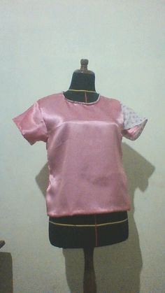 busana ini dari bahan satin dan kombinasi kain batik yang bercorak alam yang terdapat bling-bling yang berwarna pink, sehingga cocok digunakan oleh remaja. Busana ini memiliki model yang sangat simpel dengan lengan tulip yang dilengkapi kain kombinasi sehingga membuat model ini tampak lebih unik :)