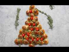 Christmas Tree Pull Apart is a delicious appetizer recipe made with a few simple ingredients: biscuit dough, butter, fresh herbs and cherry tomatoes. It's perfectly easy and festive to make for a holiday party and a. Christmas Party Food, Xmas Food, Christmas Cooking, Holiday Parties, Horderves Christmas, Christmas Lunch Ideas, Christmas Eve Dinner, Yummy Appetizers, Appetizers For Party