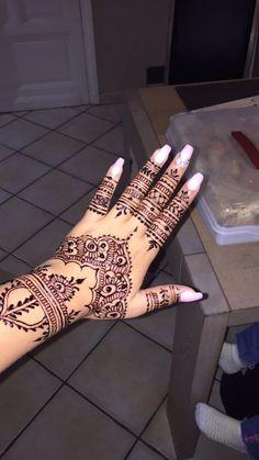 Hit Tutorial and Ideas Pretty Henna Designs, Modern Henna Designs, Henna Tattoo Designs Simple, Finger Henna Designs, Eid Mehndi Designs, Simple Henna, Hand Designs, Henna Tattoo Hand, Henna Mehndi