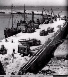 Port-en-Bessin. Ravitaillement en carburant par les pipelines ( PLUTO ) installés le long du quai du port. Le port a connu un pic d'activités après la tempête du 19 au 21 juin 1944 qui a mis hors d'état de fonctionnement le port artificiel américain Mulberry A à Omaha Beach : de nombreux navires de transport sont en effet déroutés vers Port-en-Bessin pour décharger leurs précieuses cargaisons afin de poursuivre les opérations de ravitaillement des troupes.