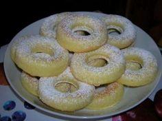 Ciambelline Paradiso - 27 ciambelline, la cui vita é durata una trentina di ore .  INGREDIENTI 200 g. di burro 150 g. di zucchero 125 g. di farina  125 g. di fecola 4 uova 1 cucchiaino di lievito in polvere 1 cucchiaio di Marsala ½ cucchiaino di buccia di arancia  INOLTRE zucchero a velo  Montate a crema il burro con lo zucchero; aggiungete poco alla volta le uova in modo da ottenere una pasta morbida e cremosa. Aromatizzate con il Marsala e l'arancia. Incorporate delicatamente l