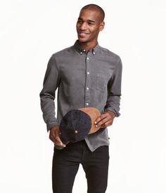 Mørkegrå. CONSCIOUS. Langærmet skjorte i vasket twill af Tencel® lyocell. Skjorten har button down-krave og en brystlomme. Bærestykkeskæring med strop i