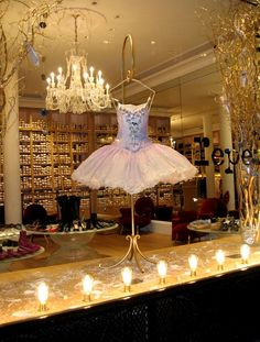 During a ballade close to the Vendôme place, my glance was attracted by the window of the Repetto shop. The costume of the ballerina, the decoration and lighting made the remainder… The mythical Repetto shop, located at the 22 street of Peace, was created by Pink Repetto in 1959. Celebrated in the years 1960 per Brigitte Bardot, or in the years 1980 per Serge Gainsbourg, these shoes of dance are from now on impossible to circumvent.