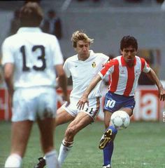 Paraguay 2 Belgium 2 in 1986 in Toluca. Adolfino Canete is marked by Jan Ceulemans in Group B at the World Cup Finals.