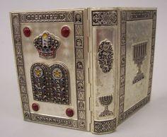 Livro ( sidur ) com capa em Prata de lei, com pedra semi preciosa tonalidade vermelha e detalhes em alto relevo com pontos coloridos, 13 cm de altura, peso total do livro 300 gramas livro impresso em 1968 Israel