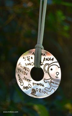 Broc Colgantes de plata personalizados con las firmas de sus alumnos para la profe. Preciosos y con mucho sentimiento!. www.mrbroc.com