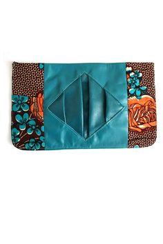 Bolso de mano de Aimas Nigeria disponible en My Asho combina estampado y cuero en verde azulado uno de los colores del año.  Haz clic en la foto para saber más sobre accesorios.