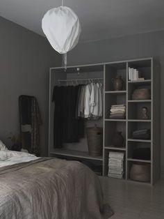 Ett grått sovrum i Linné Gray Bedroom, Bedroom Inspo, Home Bedroom, Bedroom Decor, Bedrooms, Wardrobe Storage, Minimal Home, Simple Interior, Apartment Interior