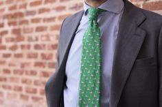Otros piensan en cómo vender más, nosotros preferimos pensar en qué ponernos mañana. ¡Visita ya nuestro armario!  Corbata Gable ▶️ www.lahuelladeldandi.com #DejandoHuella  #Corbatas #Calcetines #Tirantes #Pañuelos #CustomPacks #Lahuelladeldandi