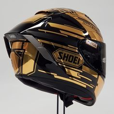 No photo description available. Motorcycle Helmet Design, Biker Helmets, Full Face Motorcycle Helmets, Motocross Helmets, Racing Helmets, Motorcycle Gear, Helmet Armor, New Helmet, Dual Sport Helmet