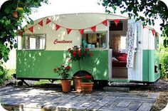 Obsessed with all things retro & caravan of late. I just read, My Cool Caravan, a collection of the best retro caravans I've ever seen! Trailers Vintage, Caravan Vintage, Vw Vintage, Vintage Caravans, Vintage Airstream, Airstream Decor, Vintage Green, Vintage Colors, Airstream Campers