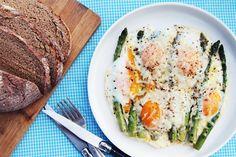 Geroosterde asperges met eieren en Parmezaan - Culy.nl
