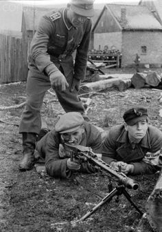 The image from the Nazi Propaganda shows a member of the division Greater Germany teaching two men how to use modern weapons in late 1944. In the final phase of the war, a great number of defendable men between the age of 16 and 60 years was mobilized under the name Deutscher Volkssturm (German national militia). Photo: Berliner Verlag/Archiv