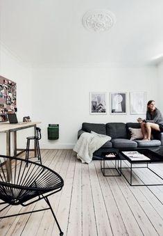 Un salon minimaliste mais cosy et chaleureux.  Bois, noir, blanc. Simplicité, minimalisme, slow life.