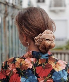 Chouchou velours côtelé beige - Lise – Scrunchie is back Good Hair Day, Grunge Hair, Mode Inspiration, Hair Dos, Look Fashion, Girl Fashion, Mens Fashion, Pretty Hairstyles, Hair Inspo