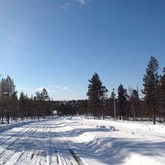 Suopunkitie -road in Saariselkä on April | Saariselka, #saariselka #saariselankeskusvaraamo #astueramaahan #stepintothewilderness #kevathanget #suopunkitie. http://www.saariselka.com