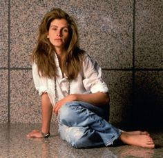Julia Roberts, looking young and granola