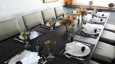 Mesa posta elegante para um almoço nas cores azul marinho e âmbar.