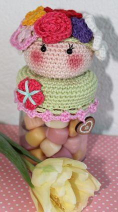Patroon Deksels Bloemenmeisje           Wat heb je nodig   ·  Garen in de kleuren die jij leuk vindt ·  Potje (groentepotje... Crochet Food, Crochet For Kids, Diy Crochet, Crochet Hats, Crochet Jar Covers, Crochet Cup Cozy, Crochet Embellishments, Couture Embroidery, Crochet Decoration