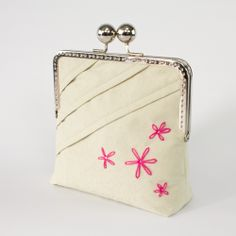 Free video tutorial and pattern on making this elegant framed clutch.