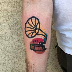 GOOD VIBES DESTRUTTURATE. Hairline Tattoos, Forarm Tattoos, Tatoos, Tattoos Musik, Music Tattoos, Body Art Tattoos, Gramophone Tattoo, David Bowie Tattoo, Black Line Tattoo