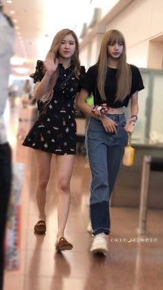 Rosé and Lisa (Blackpink 🖤💕) Blackpink Fashion, Korean Fashion, Daily Fashion, Kim Jennie, Kim Jisoo, Blackpink Photos, Kpop Outfits, Blackpink Lisa, Airport Style