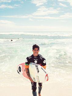 Esse é o Gabriel Medina, acompanho ele dez de o começo do verão, um dos melhores surfistas brasileiros, recentemente ganhou um campeonato contra um dos maiores surfistas do mundo Kelly Slater.