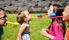 Ihr Kind hat Geburtstag und möchte mit seinen oder ihren Freunden oder Freundinnen feiern. Nehmen Sie diese dann mit in ein großes Indoor-Spielparadies, einen Vergnügungspark, einen Streichelzoo oder feiern Sie lieber einfach zu Hause? Letzteres ist vielleicht gar keine so schlechte Idee, und vor allem nicht mit diesen 15 tollen DIY-Ideen für Spiele auf Kinderfeiern