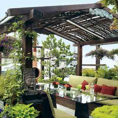 Floating Paradise: A sunken dining area on Julie Higgs and Dave Stickler's Oregon houseboat is warm weather central. The table is a salvaged glass door atop ceramic planters.