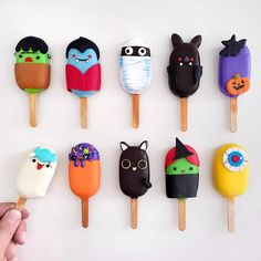 Happy Halloween Cakepops🦇 by Shaun Teo ( Halloween Cake Pops, Kawaii Halloween, Halloween Baking, Halloween Desserts, Halloween Treats, Happy Halloween, Cupcake Icing, Cupcake Cakes, Cupcakes