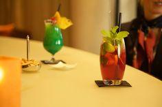 #HOTELS #SWD #GREEN2STAY Radisson Blu Hotel, Rostock  Die beste Erfrischung bei diesen Temperaturen?  Unsere alkoholfreien Cocktails! Genießen Sie unseren coolen Green Light (Ananas, Orange, Zitrone, Blue Curacao) oder kühlen Sie sich mit einem spritzigen Candian ab (Cranberry, Holunderblüte, Limette, Orange, Ingwer, Tonic).  Exklusiv an der amber LOUNGE BAR!