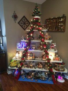 étagères en bois transformées en sapin fait maison décoration Noël sur mesure #Noël #christmastree