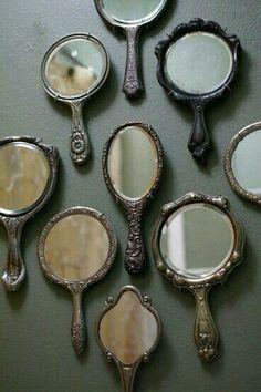 Oglinda este reflectarea frumuseţii noastre, aşa că fiţi mândri de ceea ce sunteţi şi iubiţi-vă pe voi înşivă/însevă!