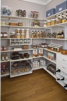 These clever kitchen pantry organization hacks will save your food from the deadline. Get some ideas for your pantry closet organization here. – Experience Of Pantrys Kitchen Pantry Design, Kitchen Organization Pantry, Home Decor Kitchen, Interior Design Kitchen, Home Organization, Home Kitchens, Pantry Ideas, Organized Pantry, Prep Kitchen
