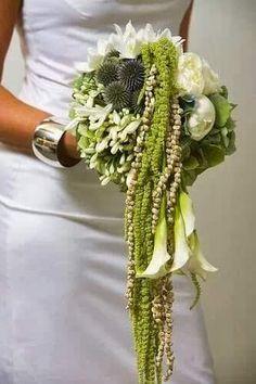 """bouquet sposa, sui toni del verde, con varie tipologie fiori, con una parte a """"cascata"""""""