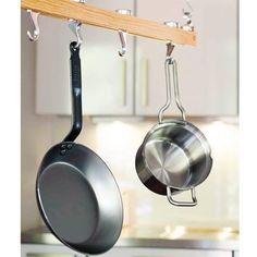 Wie schön, wenn alle Kochutensilien mit einem Griff schnell erreichbar sind. Hängen Töpfe, Pfannen und Siebe an der Hakenleiste, gewinnt man zudem noch Platz im Schrank.