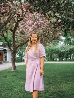 LINEN Wrap Dress -pellavamekko, vaaleanpunainen | PURA Finland Short Sleeve Dresses, Dresses With Sleeves, Finland, Wrap Dress, Shirt Dress, How To Make, Shirts, Fashion, Gowns With Sleeves