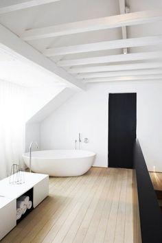 Die weiß gestrichenen Balken lassen das Bad gemütlich wirken