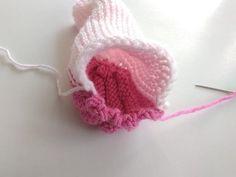 Rovnako nazberáme aj spodnú časť papučky a zošijeme. Začneme tak tvarovať podošvu. Diy And Crafts, Crochet Earrings, Crochet Hats, Fashion, Pebble Art, Cuba, Knitting Hats, Moda, Fashion Styles