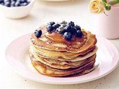 Banánové lívance s medem a ovocem Delicious Desserts, Pancakes, Brunch, Good Food, Food And Drink, Healthy Recipes, Healthy Food, Meals, Breakfast
