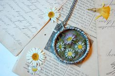 Hoi! Ik heb een geweldige listing op Etsy gevonden: https://www.etsy.com/nl/listing/231934525/gedroogde-bloem-ketting-daisy-en-moss