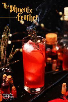 4. La pluma de Phoenix: La bebida personal de Dumbledore. Lleva 2 oz de Lillet Blanc, 1,5 oz de Campari, zumo de pomelo y 1 oz de agua carbonatada.